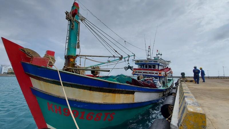 Bộ đội Trường Sa giúp ngư dân Khánh Hòa khắc phục sự cố trên biển.