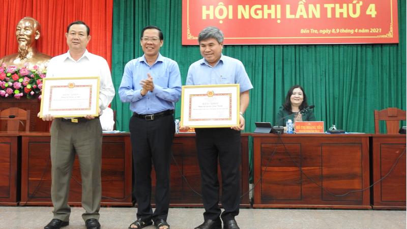 Ban Thường vụ Tỉnh ủy Bến Tre tặng bằng khen cho 2 Đảng bộ cơ sở có thành tích tốt.
