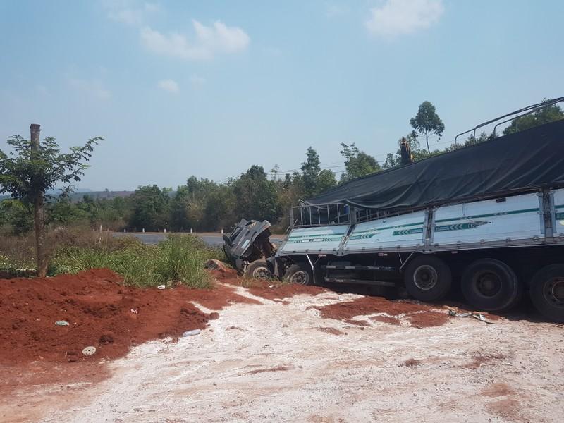 Xe tải lao xuống mương nước, tài xế may mắn thoát chết