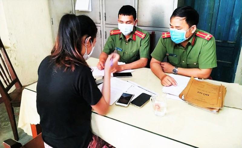 Lâm Thị Thúy Dưỡng tại cơ quan công an (ảnh do công an cung cấp)