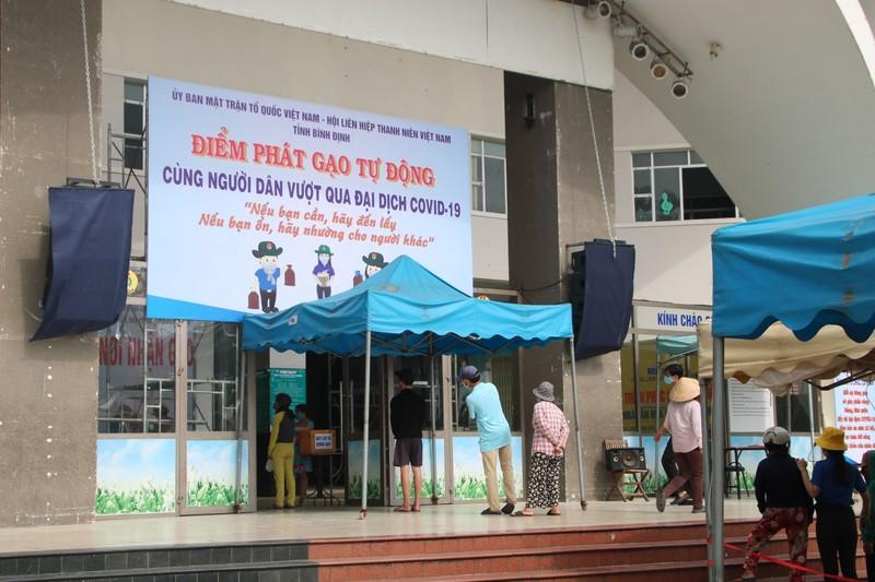 Người nghèo phấn khởi khi 'ATM gạo đẻ cả trứng gà' có mặt ở Bình Định