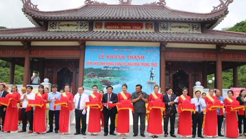 Nghi thức cắt băng khánh thành Đền thờ anh hùng dân tộc Nguyễn Trung Trực.