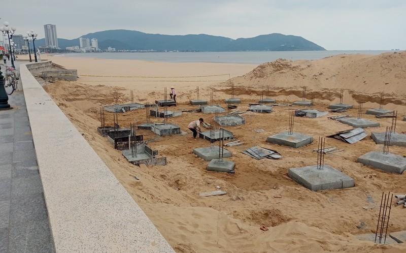 Tháo dỡ điểm dịch vụ xây trái phép ở bãi biển Quy Nhơn