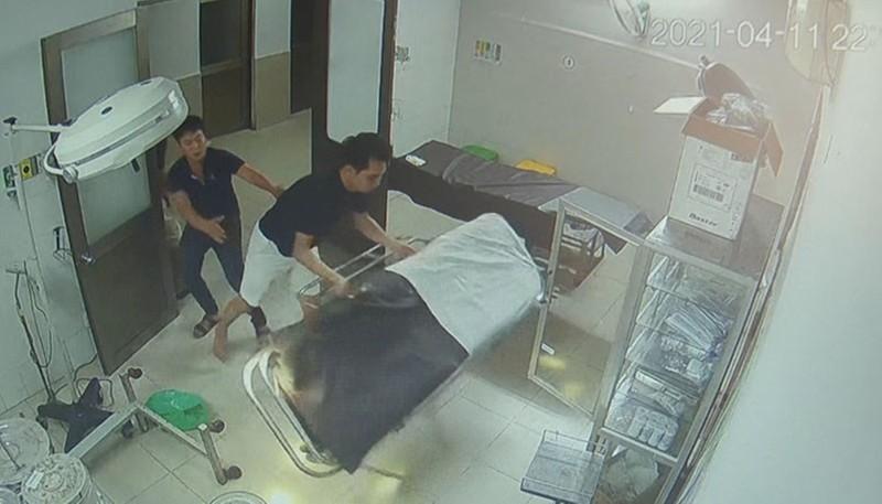Camera ghi lại hình ảnh Nhất đạp đổ giường và thiết bị y tế khác trong phòng bệnh nhân.