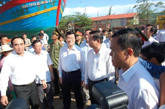 Chủ tịch nước cùng Đoàn công tác thăm tàu Đna 90152 bị Trung Quốc đâm chìm ngày 26/5