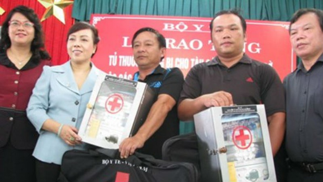 Bộ trưởng Bộ Y tế trao tủ thuốc cho ngư dân Đà Nẵng