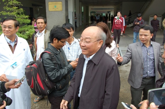 Ông Triệu trao đổi với báo chí về sức khỏe ông Thanh