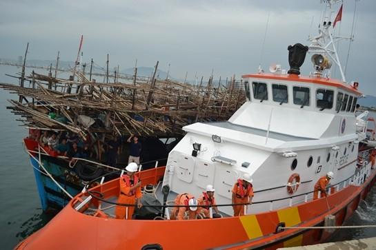 Tàu gặp nạn được lai dắt về an toàn