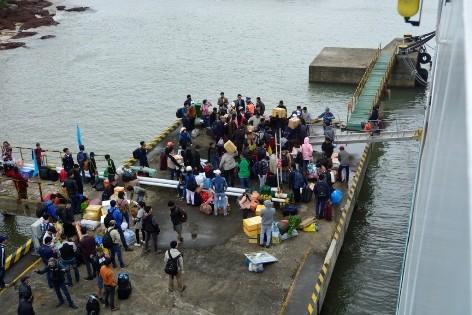 Gần 100 hành khách bị kẹt ở Cù Lao Chàm được đưa vào đất liền