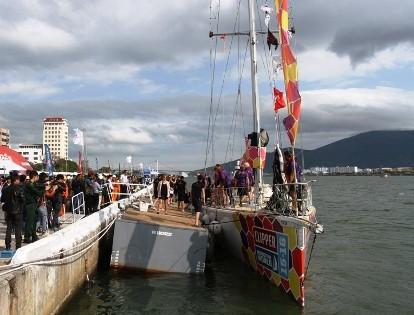 Rất đông người dân đến xem, theo dõi thuyền tham dự cuộc đua thuyền buồm quốc tế Clipper 2015-2016