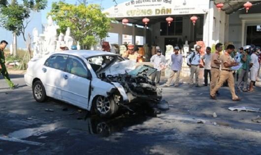 Va chạm xe khách, ô tô 4 chỗ biến dạng, 4 người cấp cứu