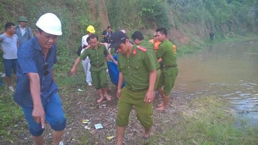 Hình ảnh nghẹn lòng tìm kiếm nạn nhân trong sự cố vỡ hầm dẫn dòng thủy điện sông Bung 2