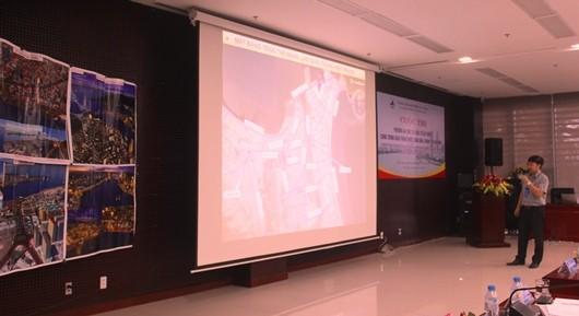 Một đơn vị đang giới thiệu phương án cho công trình vượt sông Hàn của mình