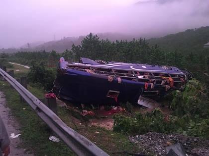 Quảng Nam: Trời mưa, xe khách lật trong đêm, 16 người thương vong