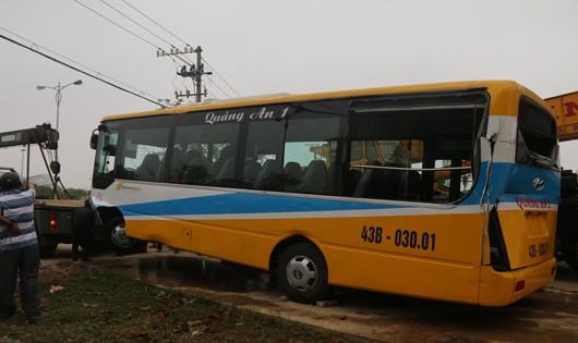 Trục vớt xe buýt bị nạn
