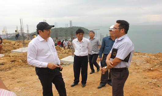 Ông Huỳnh Đức Thơ nghe báo cáo tại hiện trường