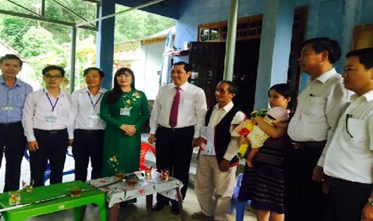 Đà Nẵng trao giấy khai sinh bảo hiểm y tế tại nhà