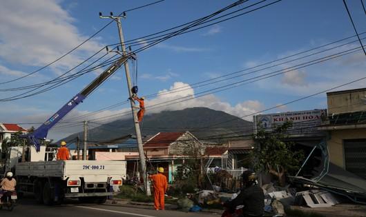 Các đơn vị điện lực đang khắc phục lưới điện tại 2 tỉnh Khánh Hòa và Phú Yên
