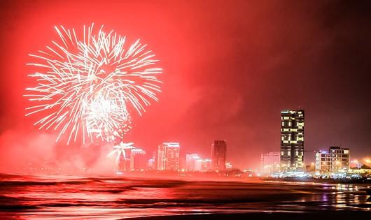 Bắn pháo hoa giữa sông Hàn chào năm mới 2018