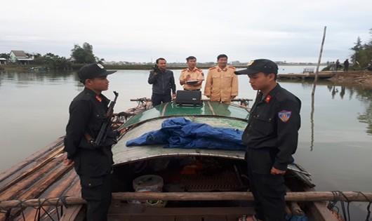 Lực lượng Cảnh sát đường thủy thuộc Phòng Cảnh sát giao thông tỉnh Quảng Nam triệt phá đường dây buôn bán gỗ lậu thả trên sông