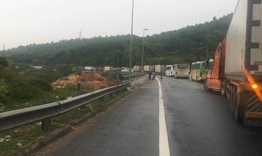 Va chạm xe khách tại đường dẫn hầm Hải Vân, nhiều người bị thương