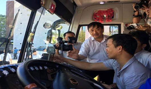 PCT UBND T. Đà Nẵng Đặng Việt Dũng kiểm tra việc lắp camera trên xe du lịch