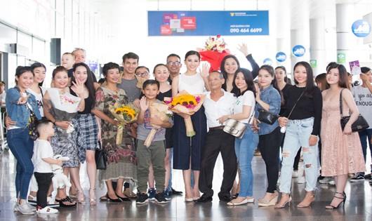 Hoa hậu Tiểu Vy trong vòng tay người thân và bạn bè