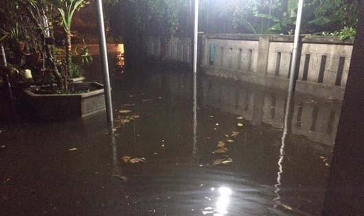 Nước ngập sân nhà ông Ngũ chỉ sau 1 cơn mưa