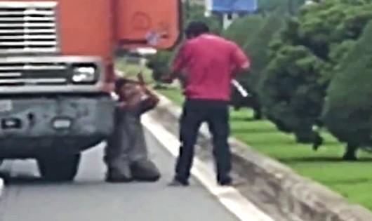Hình ảnh tài xế quỳ gối xin đồng nghiệp được cắt ra từ clip.