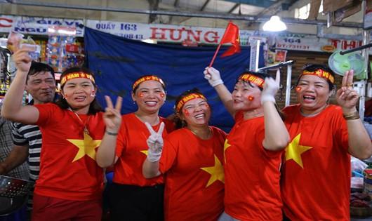Bất chấp mưa, người miền Trung đổ ra đường 'tiếp lửa' cho ĐT Việt Nam