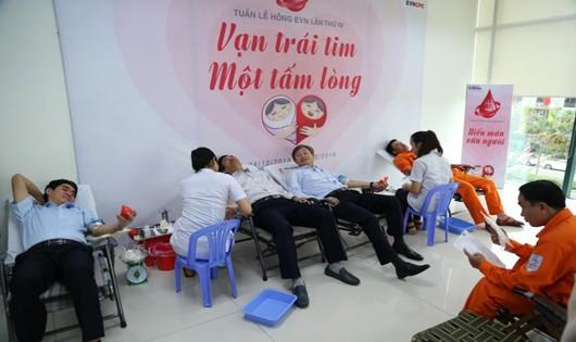 Cán bộ nhân viên EVNCPC hiến máu cứu người
