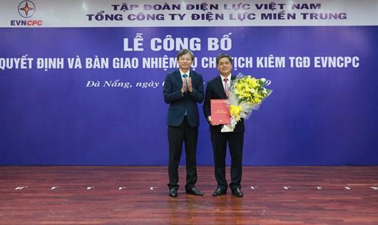 Ông Võ Quang Lâm nhận quyết định và hoa chúc mừng từ ông Trần Đình Nhân, Tổng giám đốc EVN