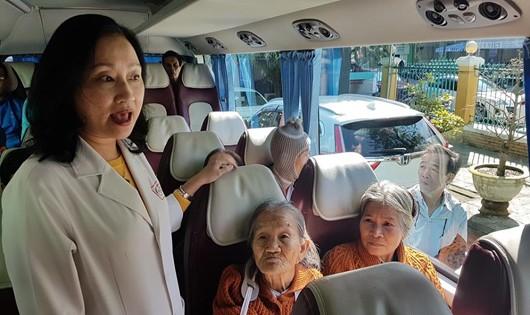 Những chuyến xe nghĩa tình xuất phát từ cổng Bệnh viện Đà Nẵng