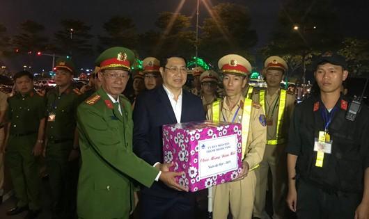 Người dân Đà Nẵng rộn ràng đón giao thừa, lãnh đạo thành phố thăm, chúc Tết các đơn vị làm nhiệm vụ ngoài đường