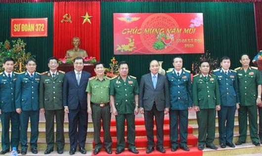 Thủ tướng Nguyễn Xuân Phúc thăm, chúc Tết và kiểm tra công tác chiến đấu tại Sư đoàn không quân 372