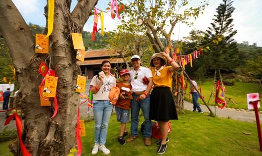 Người dân vui chơi tại Lễ hội Thần Tài