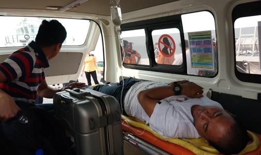 Xuyên đêm cứu thuyền viên người nước ngoài đi ngang vùng biển Hoàng Sa