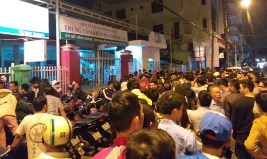 Chen lấn chờ đăng ký mua vacxin cho con tại Đà Nẵng