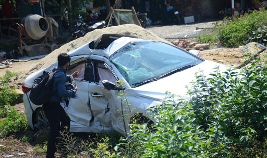 Tàu hỏa húc văng ô tô xuống ruộng, 3 người kẹt trong xe trọng thương