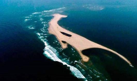 Tìm cách xử lý cồn cát 'khủng' nổi bất thường ở biển Hội An