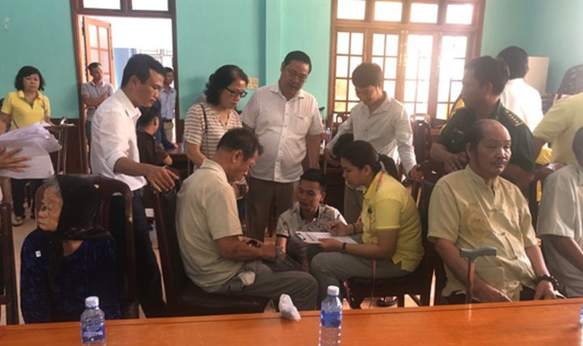 Hội đồng hương Quảng Nam tại TP HCM khảo sát tặng xe lăn và trao quà cho người khuyết tật ở quê hương