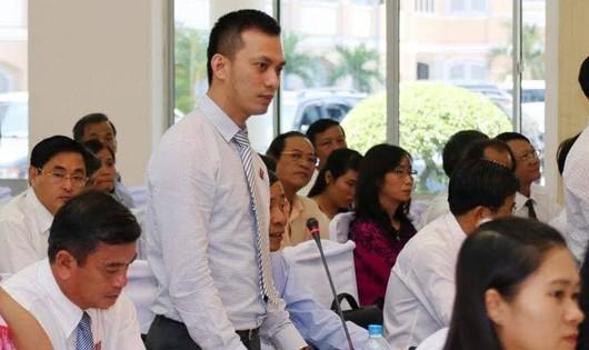 Ông Nguyễn Bá Cảnh (đứng)