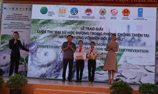 2 nữ sinh nhận giải đặc biệt của cuộc thi