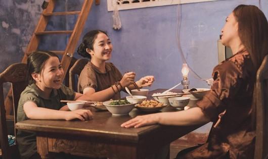 Hồng Minh và Ngọc Hà trong 1 cảnh của MV Mẹ tôi