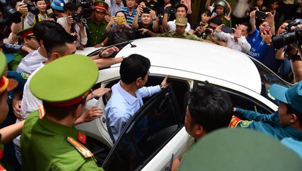 Ông Nguyễn Hữu Linh trước vòng vây của đám đông và báo chí khi trời Tòa (Ảnh: Tuổi trẻ)