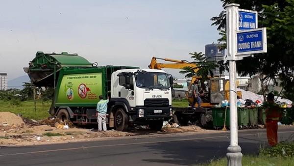 Việc ùn ứ rác dẫn đến tình trạng phải đổ rác thu gom tạm khiến người dân bức xúc