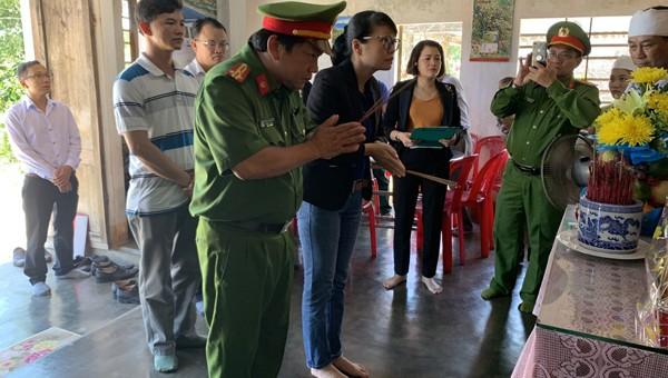 Chủ tịch quận Sơn Trà và Trưởng Công an quận Sơn Trà thắp hương, chia buồn với gia đình nạn nhân