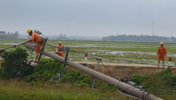 EVNCPC nổ lực khôi phục cấp điện cho khách hàng miền Trung bị ảnh hưởng của bão số 5