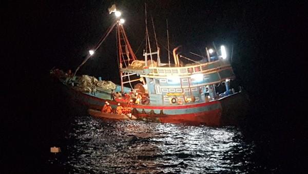 Tiếp cận, ứng cứu tàu có ngư dân Quảng Ngãi bị nạn trên biển