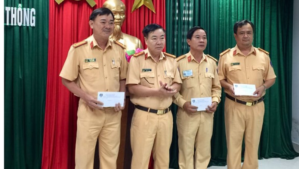 CSGT Công an TP. Đà Nẵng tuyên dương, khen thưởng đột xuất cho các đơn vị liên quan